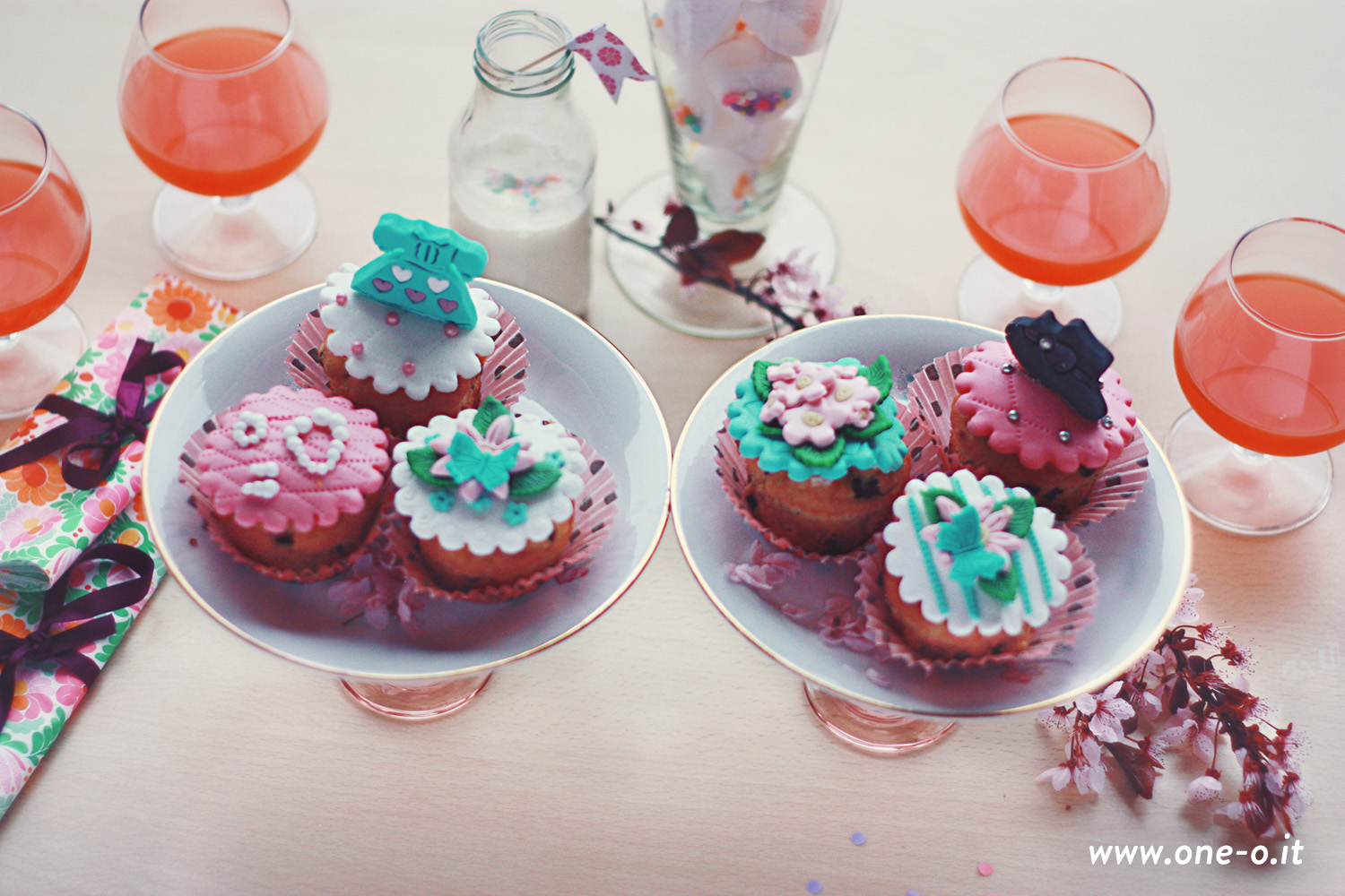 Party setting - confetti party by One O | via www.one-o.it | #diy #party #setting #place #tableware #drinks #food #cupcakes