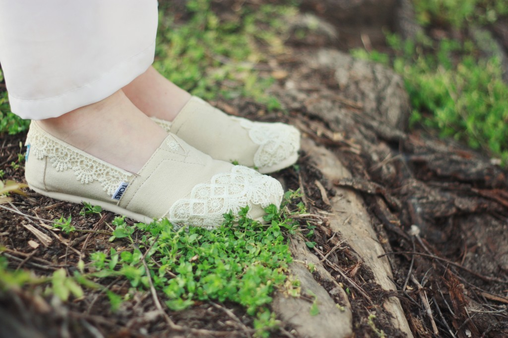 DIY lace TOMS shoes | via www.one-o.it | #diy #shoes #tutorial #toms #lace