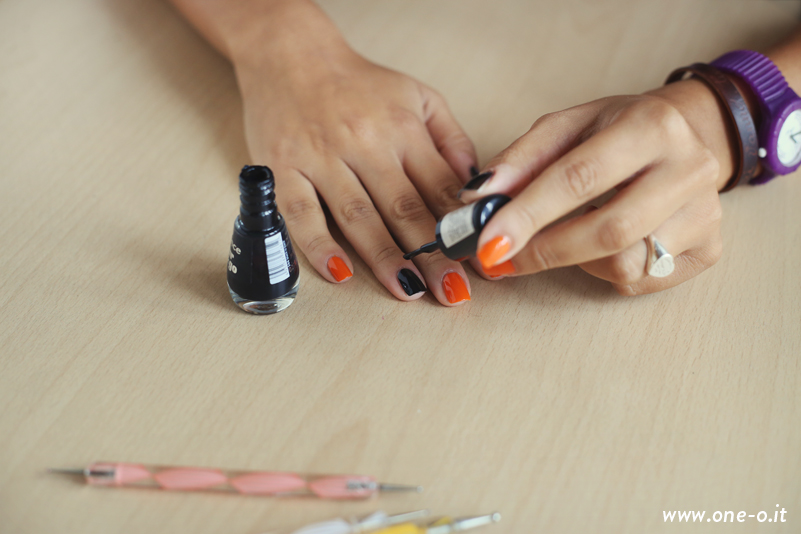 Halloween Nail Art | via www.one-o.it | #nails #nailart #halloween #orange #diy #scary
