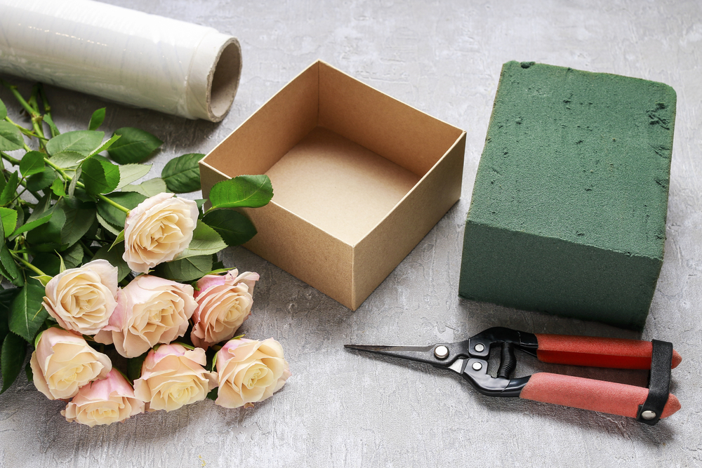 Florist workplace: how to make box with flowers, step by step, tutorial. Proposal or wedding gift idea. via one-o.it