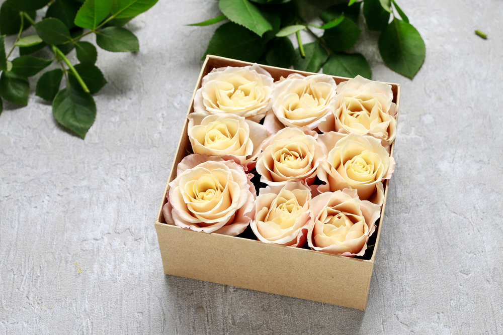 Florist workplace: how to make box with flowers, step by step, tutorial. Proposal of wedding gift idea. via one-o.it